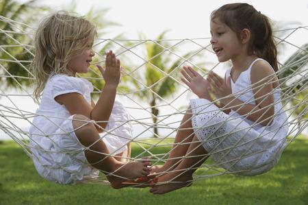 Две девушки в гамаке