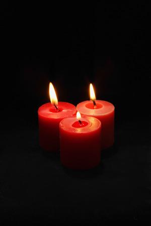 세 개의 빨간색 촛불 조명 스톡 콘텐츠
