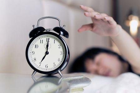 dia y noche: Waked hasta por el ruido del despertador Foto de archivo