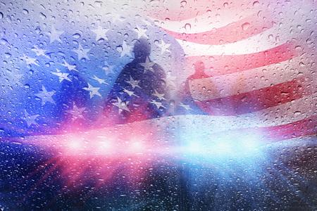 警察犯罪シーン、雨の背景に警察のライト、アメリカの国旗
