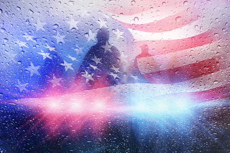 Politie misdaadscène, regenachtergrond met politie lichten en Amerikaanse vlag