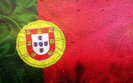 drapeau portugal: Portugais, drapeau avec des gouttes de watter, temps pluvieux, Portugal