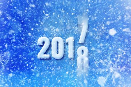 Nieuw jaar 2018 tekst met sneeuw effect, gelukkig Nieuwjaar belettering afbeelding met sneeuwt en sneeuwvlokken Stockfoto - 69322545