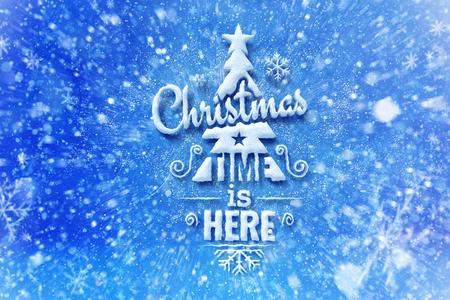 Kersttijd is hier belettering met sneeuw effect, wenskaart met typografie samenstelling, kerstkaart met sneeuw effect en decoratie
