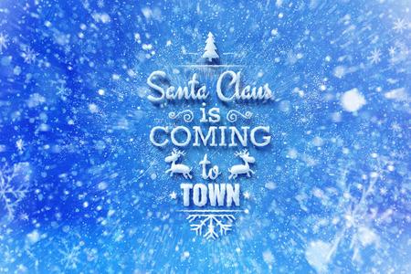 De Kerstman komt naar de stad belettering met sneeuw effect, kerstwens kaart met typografie samenstelling, Kerstkaart met sneeuw effect en decoratie Stockfoto