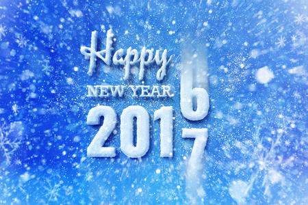 Nieuw jaar 2018 tekst met sneeuw effect, gelukkig Nieuwjaar belettering afbeelding met sneeuwt en sneeuwvlokken Stockfoto - 69322549