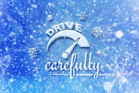 Aandrijving zorgvuldig met autosymbool, sneeuw automobiel grafische achtergrond, drijf de winterachtergrond Stockfoto