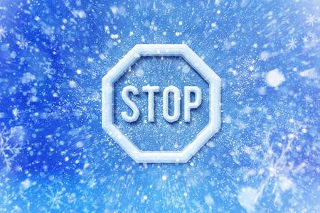 Winter sneeuw stop waarschuwingssymbool, sneeuw automotive grahic stop achtergrond, het rijden winter achtergrond Stockfoto