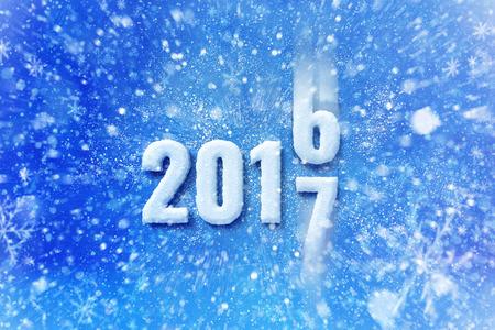 Nieuwjaar 2017 tekst met sneeuw effect, gelukkig Nieuwjaar belettering afbeelding met sneeuwt en sneeuwvlokken