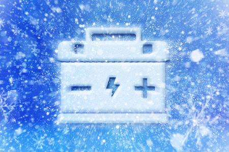 Lege auto-accu, accu is ontladen tijdens winter bevriezen, winter auto accu probleem, autobatterij symbool met sneeuw Stockfoto - 69322561