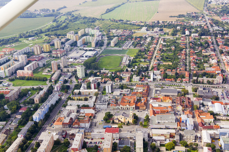 Luchtmening van Topolcany, Slowakije, Slowaakse stad Topolcany van vliegtuig