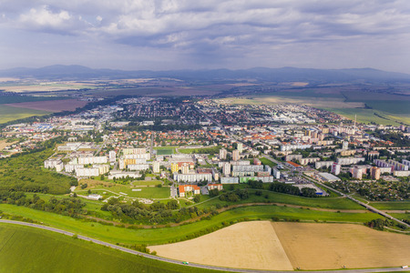 Luchtmening van Topolcany, Slowakije, Slowaakse stad Topolcany van vliegtuig Stockfoto - 72260519