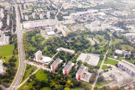 Luchtmening van de landbouwuniversiteit van Nitra met winkelcentrum op de achtergrond