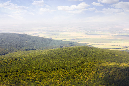 Luchtfoto van het bos vanuit het vliegtuig; Slowaaks bos in de buurt van Nitra; platteland van het vliegtuig Stockfoto