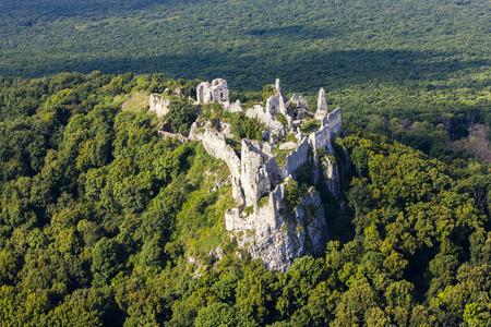Gymes, slowakije mediaval kasteel, ruïnes van Gymes-kasteel dichtbij Nitra Stockfoto - 72115630