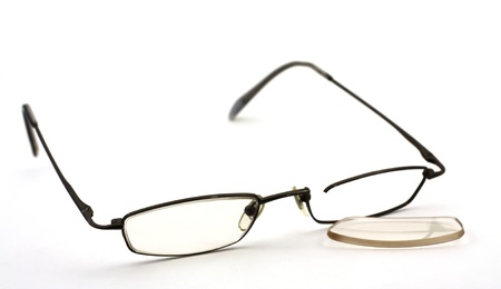 깨진 안경 흰색 배경에 림, 렌즈는 타락