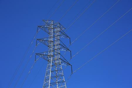 맑고 푸른 하늘을 높은 전압 타워