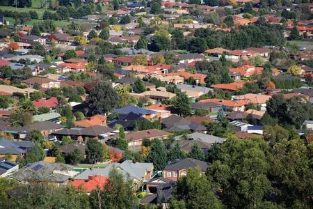жилье: Вид с воздуха на пригородные дома в Мельбурне, Австралия