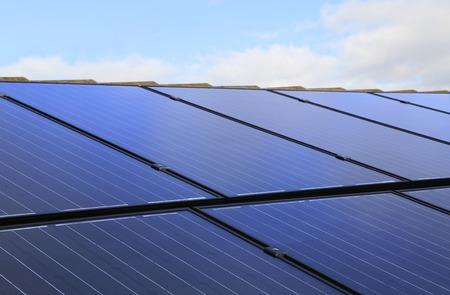 집 지붕에 태양 전지 패널의 근접