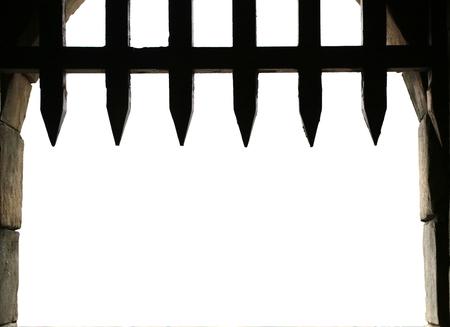 verjas: Puerta del castillo medieval con reja, con fondo blanco para el espacio de la copia