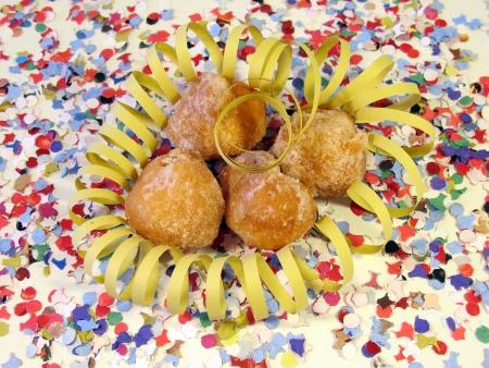bign�: Frittelle su sfondo di coriandoli con uno spago sciocco