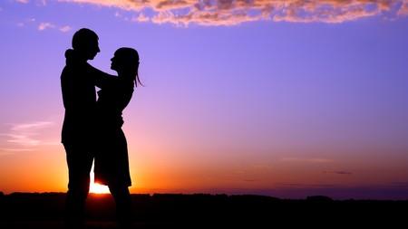 pareja apasionada: hombres de silueta y mujeres sobre un fondo de un descenso