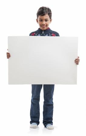 ni�os sosteniendo un cartel: Muchacho con tablero en blanco Foto de archivo