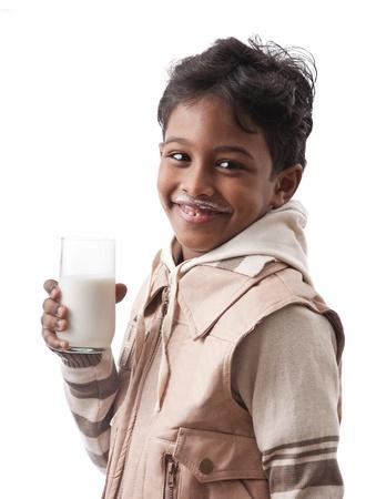 hambriento: Muchacho afroamericano con vaso de leche
