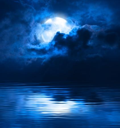 noche y luna: Luna toda la noche oscura Foto de archivo