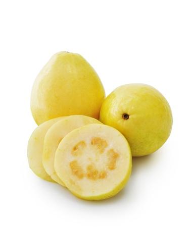 guayaba: Pareja frutos de guayaba y rodajas aislado en el fondo blanco