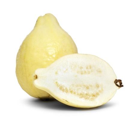 guayaba: Guayaba Frutas Y Medio Aislado sobre fondo blanco Foto de archivo