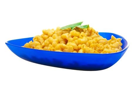 macarrones: Placa Macarrones con queso aisladas sobre fondo blanco