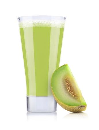 jugo de frutas: Vaso de jugo de mel�n fresco aislado en el fondo blanco