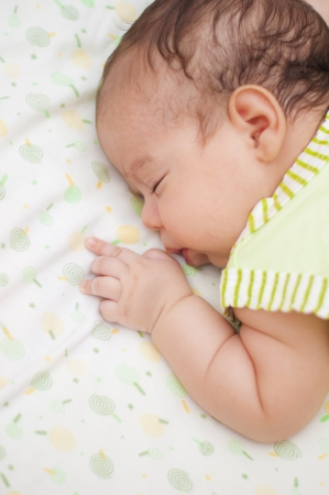 ni�o durmiendo: Un lindo beb� que duerme en la cama