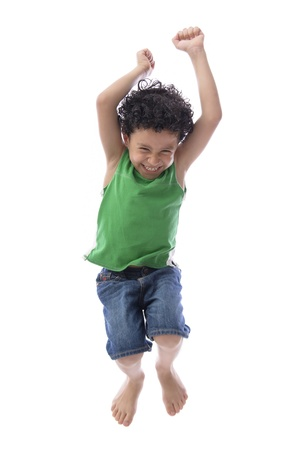ni�o saltando: Salto feliz del muchacho con alegr�a sobre fondo blanco