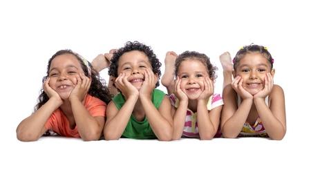 행복한 아이들이 사진을 위해 포즈를 취하는 바닥에 누워