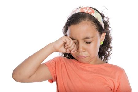 niño llorando: Triste Niña llorando aislados en el fondo blanco