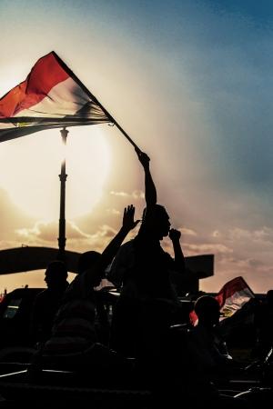 bandera de egipto: Activista egipcio con la bandera egipcia contra puesta del sol - Alexandria, Sidi Gaber, 30 de junio 2013