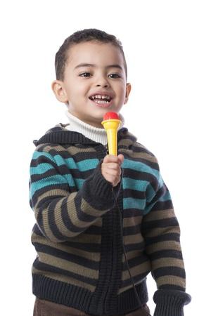 niño llorando: Little Boy con micrófono aisladas sobre fondo blanco