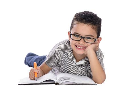 niños pensando: Adorable niño feliz estudiando aislados en el fondo blanco