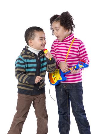 niño cantando: Dos niños adorables cantando aislados en el fondo blanco