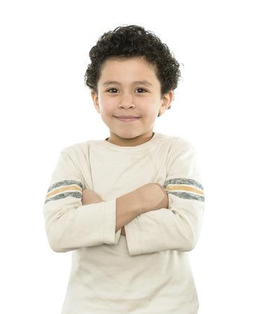 mani incrociate: Buon ragazzo sorridente con le braccia incrociate isolato su bianco