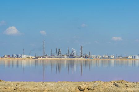 far east: Distante Planta de refinería de petróleo y gas en el verano del