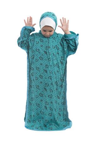 petite fille musulmane: Petite fille musulmane priant isolé sur fond blanc