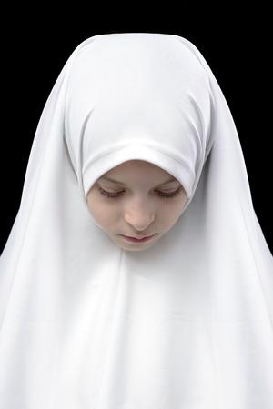 petite fille triste: Fille musulmane de hijab sur fond noir