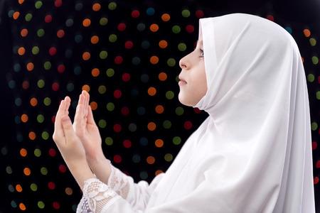 petite fille musulmane: Fille musulmane Duaa sur fond de nuit Lumières Sans mise au point Banque d'images
