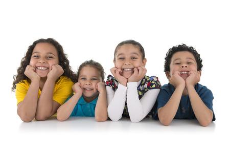 sit down: Grupo de los adorables niños felices aisladas sobre fondo blanco