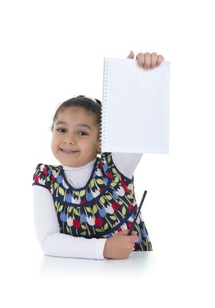 niños escribiendo: Colegiala confidente con los deberes hechos aislados sobre fondo blanco