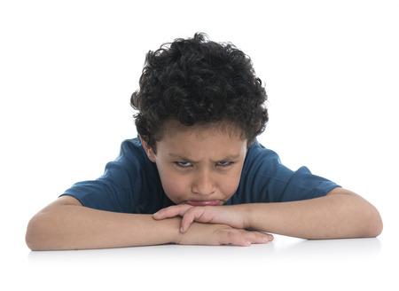 niño llorando: Muchacho Triste joven trastornado aislado en el fondo blanco Foto de archivo