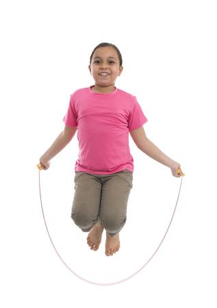 saltar la cuerda: Chica joven Cuerda Ejecución salta aislada en el fondo blanco